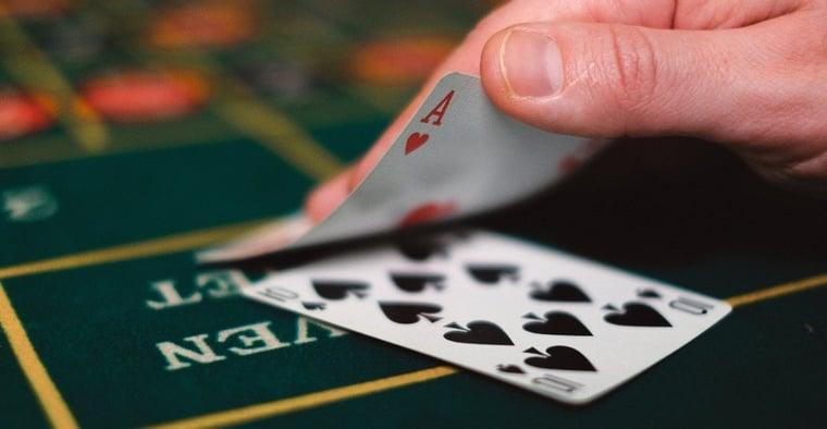 Hur man spelar Blackjack: Regler och strategi för nybörjare
